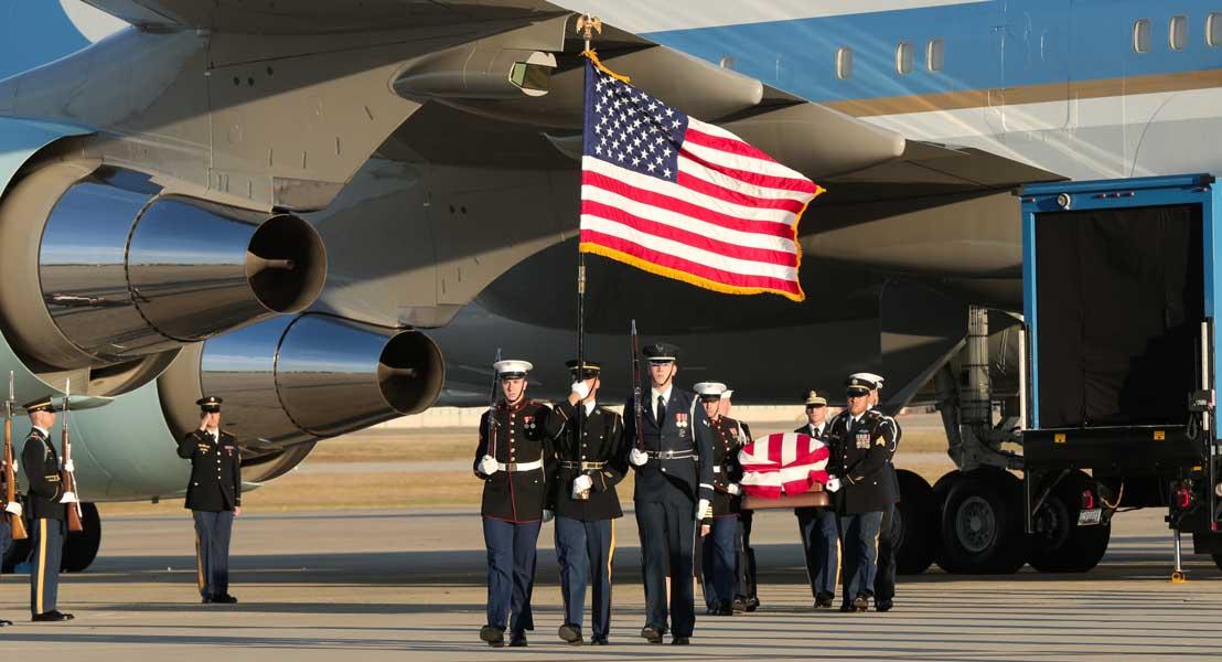 アンドリュース基地に到着した棺(画像:USAF)