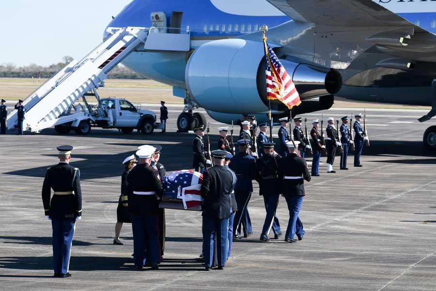 VC-25へ運ばれるブッシュ元大統領の棺(画像:USAF)