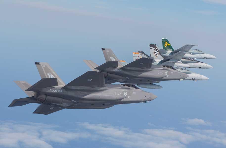 エシュロン編隊で飛行するF-35AとF/A-18(画像:オーストラリア国防省)