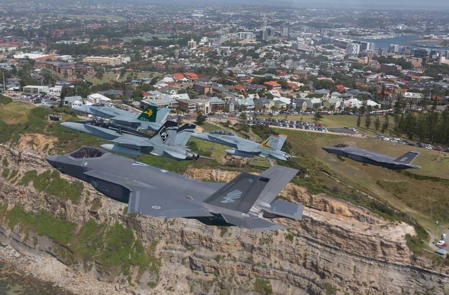 出迎えのF/A-18と共にオーストラリア上空を飛ぶF-35A(画像:オーストラリア国防省)