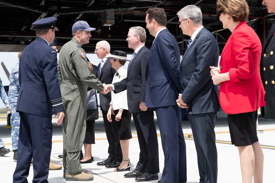 パイン国防相と握手する第3飛行隊長クレア中佐(画像:オーストラリア国防省)