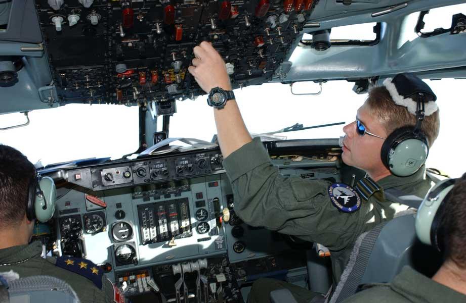 NATOの改修前AWACSのコクピット(画像:NATO)