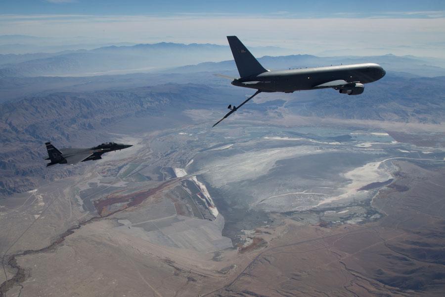 KC-46AのF-15E給油試験(画像:USAF)