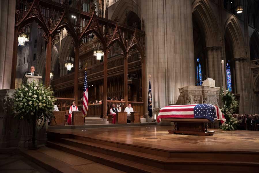 ワシントン大聖堂のミサでスピーチするブッシュ第43代大統領(画像:U.S.DoD)