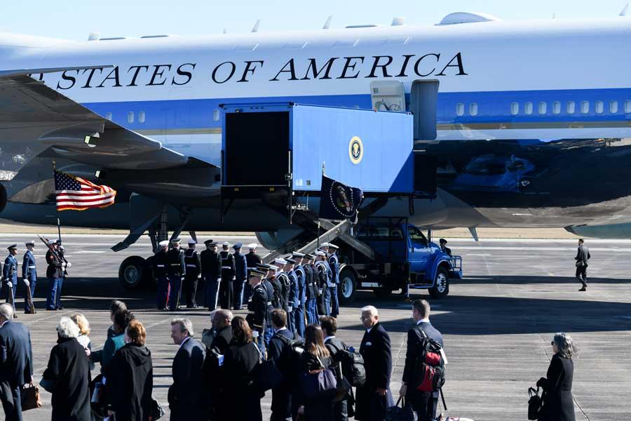 キャビンへと運ばれる棺(画像:USAF)