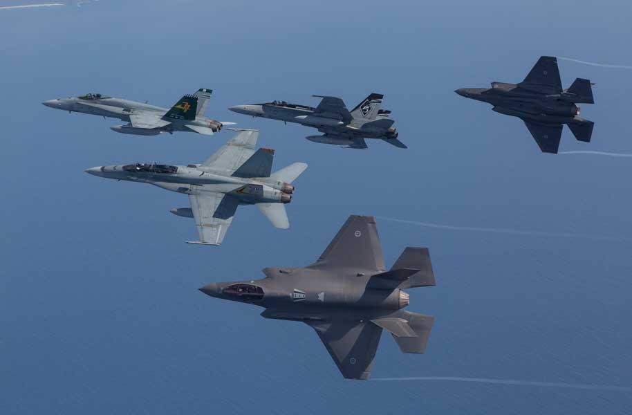 編隊を解くF-35AとF/A-18(画像:オーストラリア国防省)
