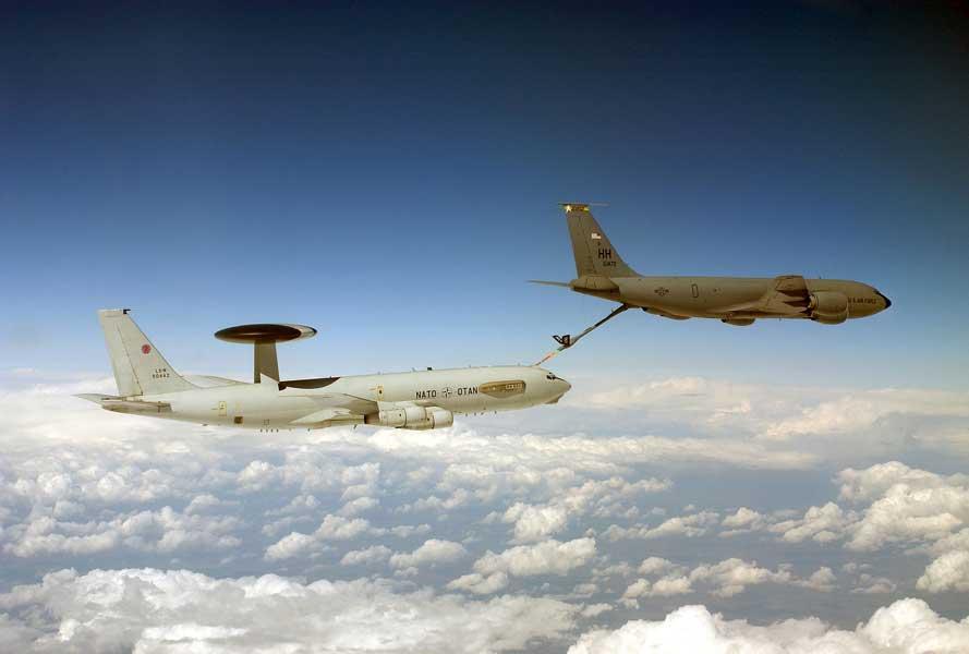 アメリカ空軍のKC-135から空中給油を受けるNATOのAWACS(画像:NATO)