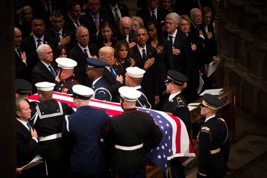 ワシントン大聖堂で出棺を見守るトランプ大統領と歴代大統領(画像:U.S.DoD)