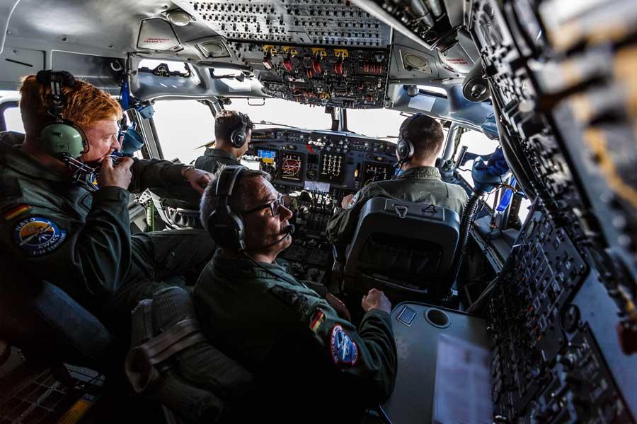 NATOの改修済みAWACSでのコクピットクルー(画像:NATO)