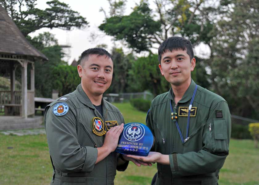 沖縄の海を守る海上自衛隊とアメリカ海軍の哨戒機部隊が共同訓練