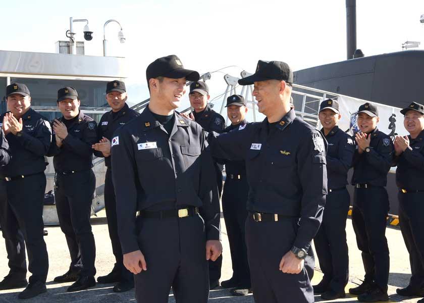 韓国海軍の潜水艦に初の親子乗組員誕生