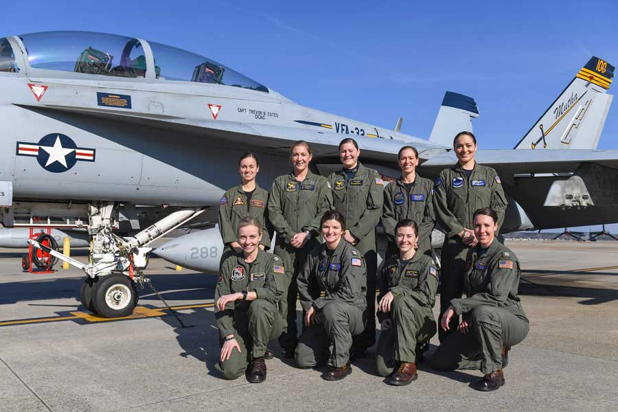 史上初!アメリカ海軍女性パイロットのみによる先輩女性パイロットの追悼飛行