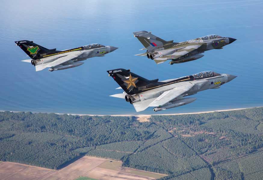 最後は空軍参謀総長が操縦! イギリス空軍トーネードさよならツアー