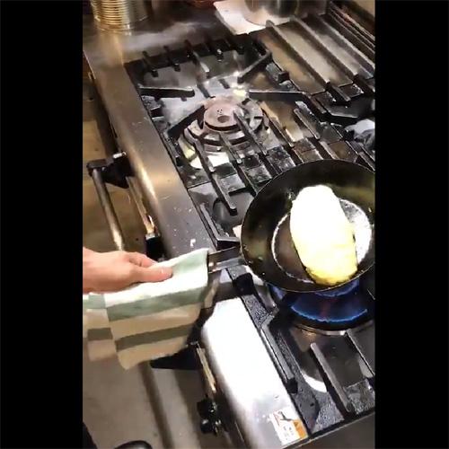 みたかった厨房動画はほんとこれ!オムレツの作り方を教える動画が話題に