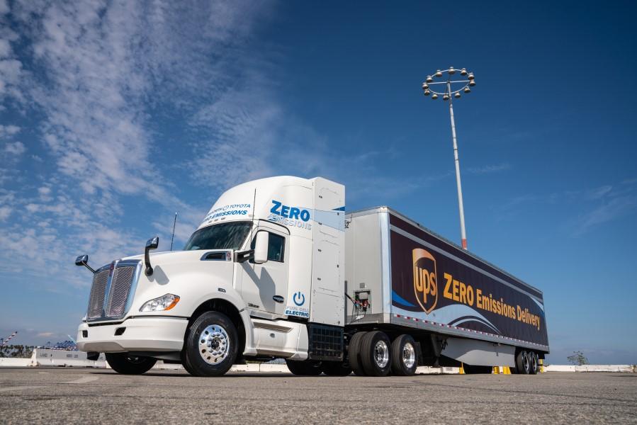 トヨタが水素燃料電池トラックを公開 カリフォルニアで「ゼロエミッション」物流の実証実験へ