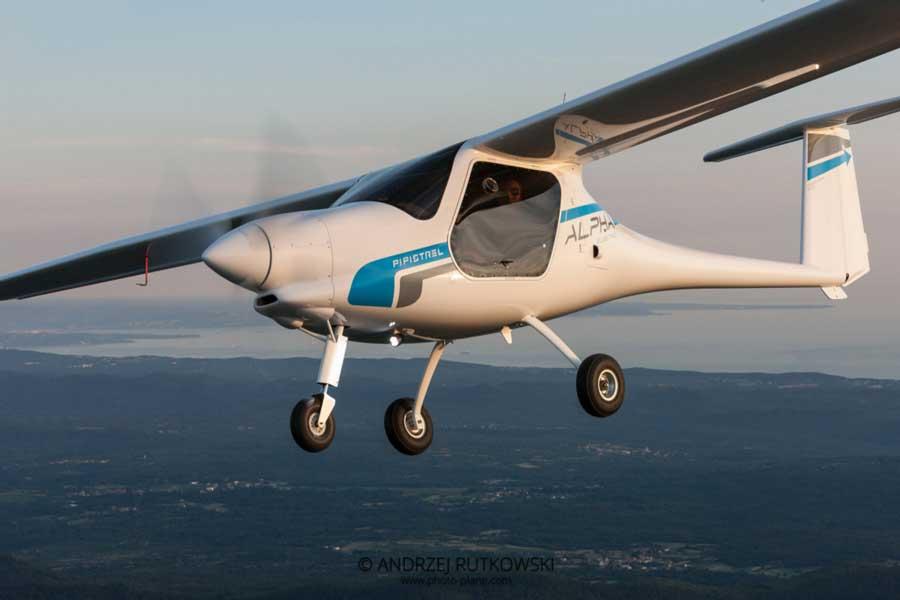 パリ・エアショウで電動飛行機のデモフライト