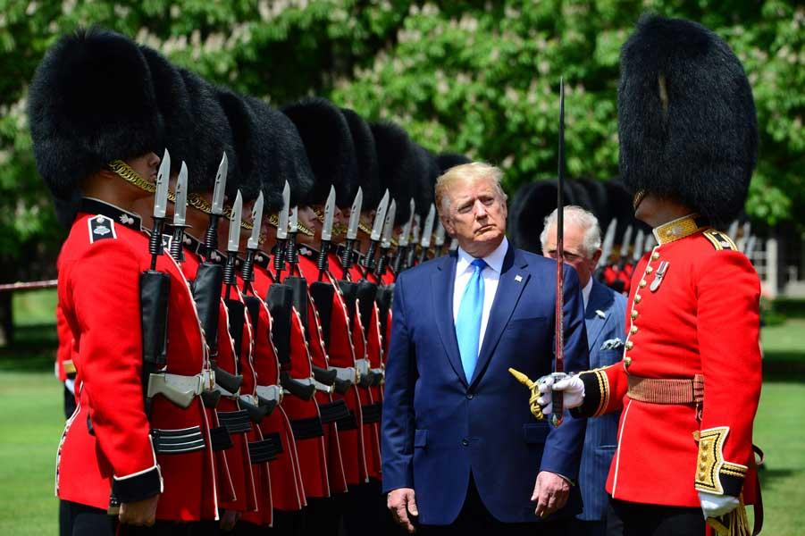 トランプ大統領のイギリス訪問 バッキンガム宮殿での儀仗に注目