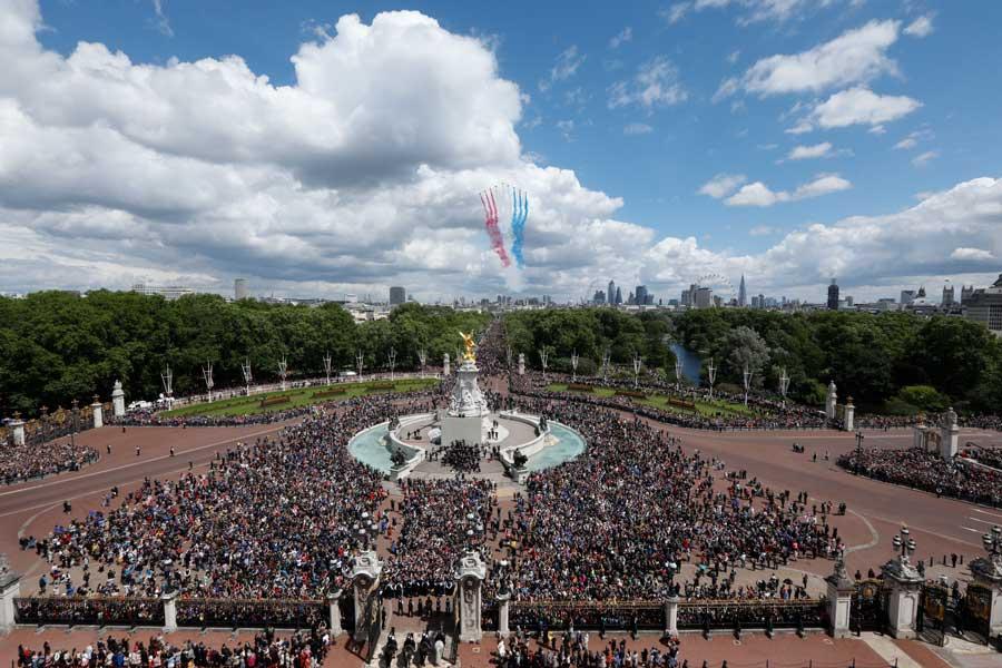 イギリス女王の「公式誕生日」を祝ってイギリス空軍が空をパレード