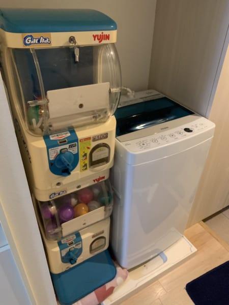 洗濯機の隣にガチャガチャ! 中身は……1回分の洗剤