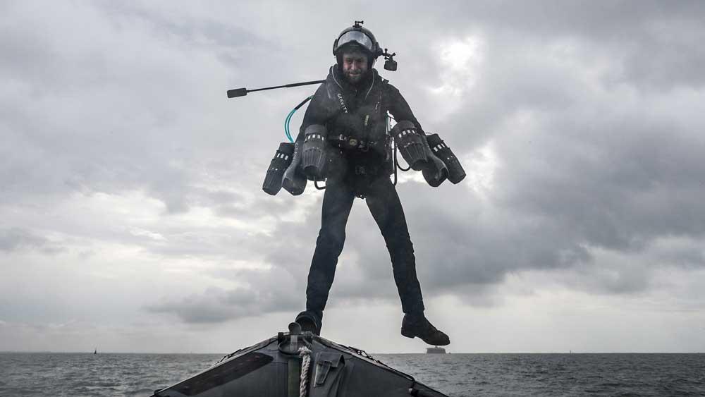 ジェットの力で八艘飛び!ロケットマン英海軍の船に降り立つ