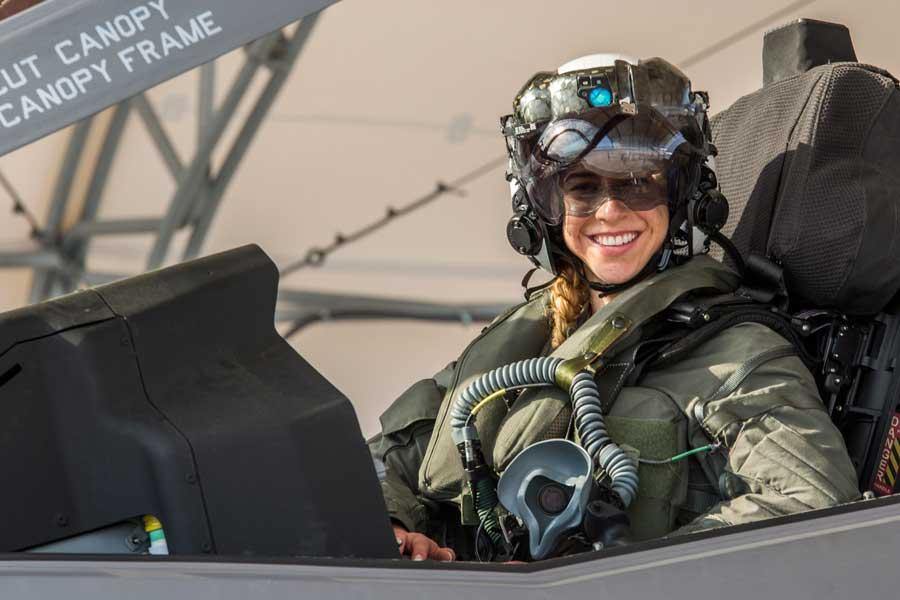 アメリカ海兵隊に初の女性F-35Bパイロット誕生 山口県の岩国基地に配属