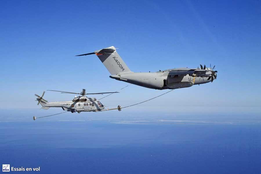 エアバスA400M ヘリコプターへの空中給油試験に成功