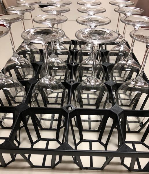 大量のワイングラスを乾かして置きたい時……苗用トレイがまさかの大活躍