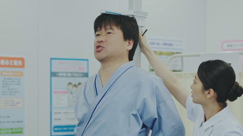 体重計には片足で…「佐藤二朗の笑えるけど笑えない健康診断」が公開5日で150万再生突破
