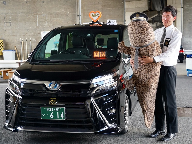 京都の街を走るMKタクシーに超特大オオサンショウウオのぬいぐるみが乗車!