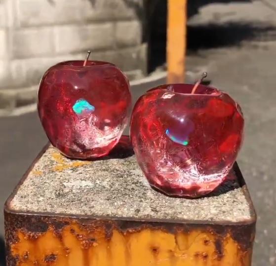 キラキラ輝くガラスのリンゴ 魔法が封じ込められているみたい!?