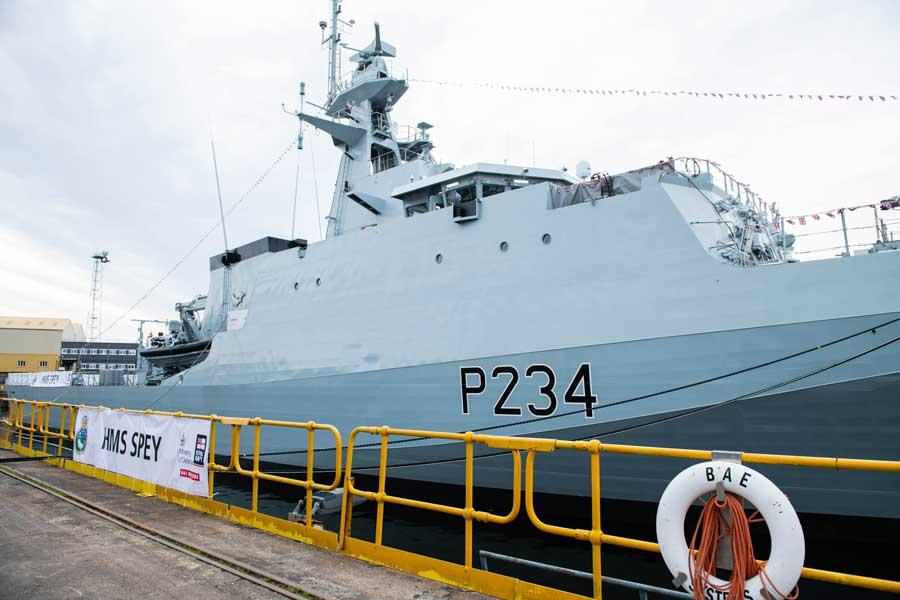 イギリス海軍の新鋭哨戒艦スペイと命名 スコッチウイスキーで祝福