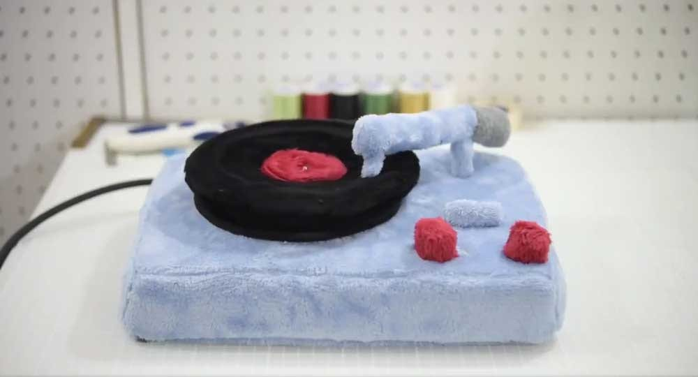 フワフワなアナログレコードはどんな音?「ターンテーブルのぬいぐるみ」が癒されると話題