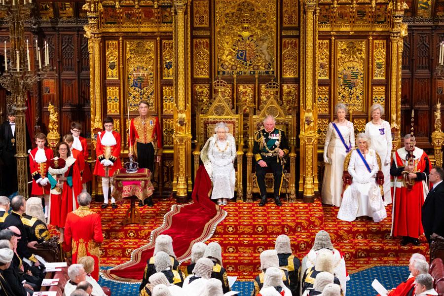 伝統に彩られた美しさ イギリス議会開会式に女王と皇太子が親臨