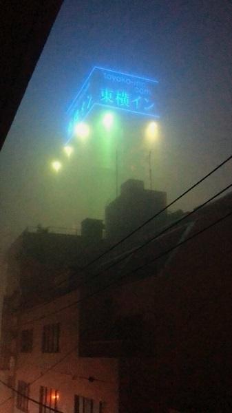 東横インの看板が宇宙へ発射!? 濃霧で街がサイレントヒル状態に