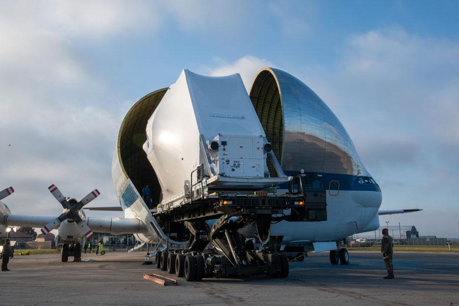 NASAの大型輸送機スーパーグッピー オリオン宇宙船を空輸