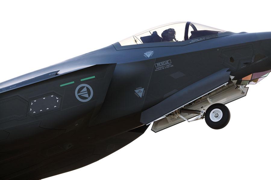 ドラッグシュート装備のノルウェー空軍F-35A 初度作戦能力を獲得