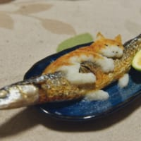 「もう離さないニャ」秋刀魚にしがみつくニャンコの大根おろしアートが可愛い