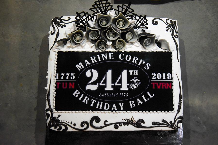 ケーキと運動会 アメリカ海兵隊244回目のバースデー