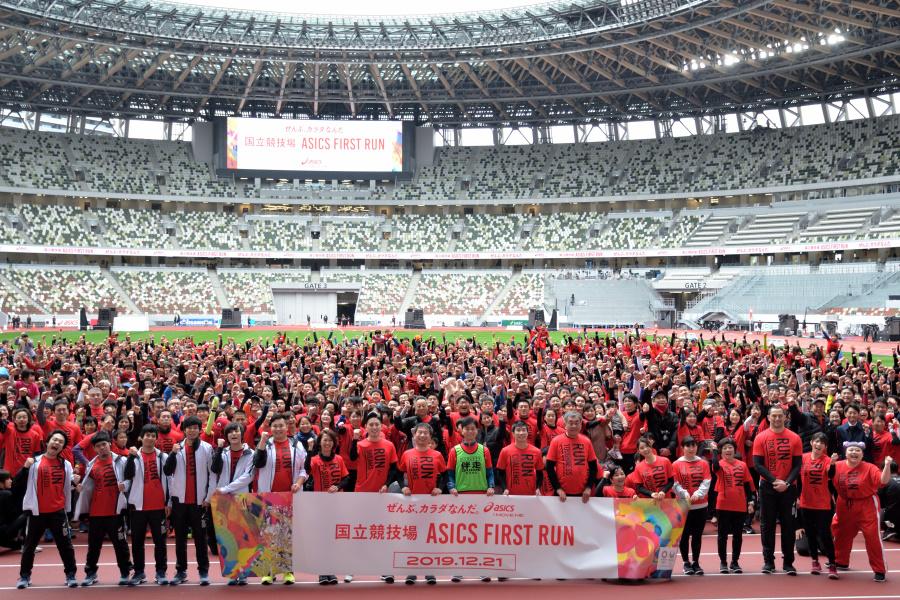 桐生祥秀らアスリートと一緒に新国立競技場を走り初め ASICS FIRST RUN