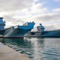 イギリス空母クイーン・エリザベス遠征から帰港 姉妹艦の空母が迎える