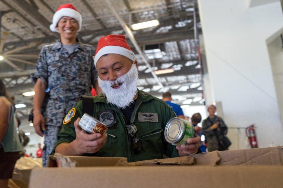 航空自衛隊もサンタコスで参加!恒例の人道支援「クリスマス・ドロップ作戦」