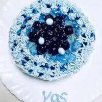 夜空を閉じ込めたようなケーキ 100%総天然色の深い青に感嘆