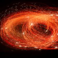 花火の軌跡が描く「火の鳥」写真家長瀬正太の作品が群馬とニュ…