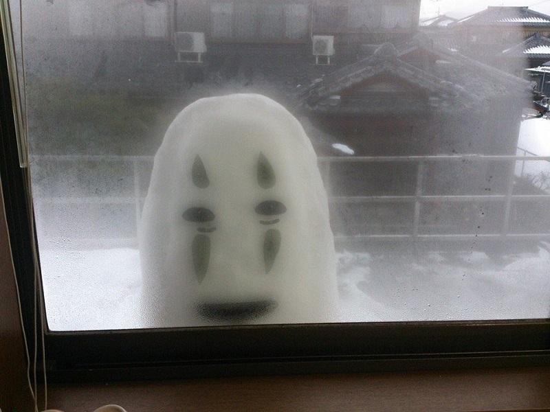 母親が悲鳴!窓の外からカオナシが見てる!?
