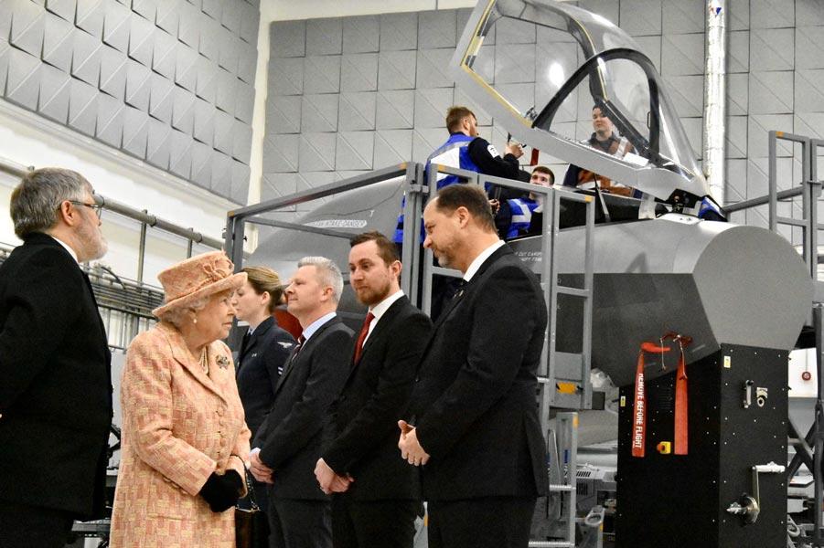 エリザベス女王 イギリス空軍のF-35B要員訓練基地を視察