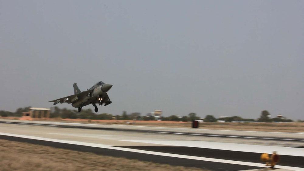 インドの国産戦闘機テジャス 完全作戦能力機が初飛行 | ガジェット ...