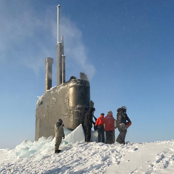 氷の下から潜水艦が浮上!アメリカ海軍恒例の「ICEX」始まる