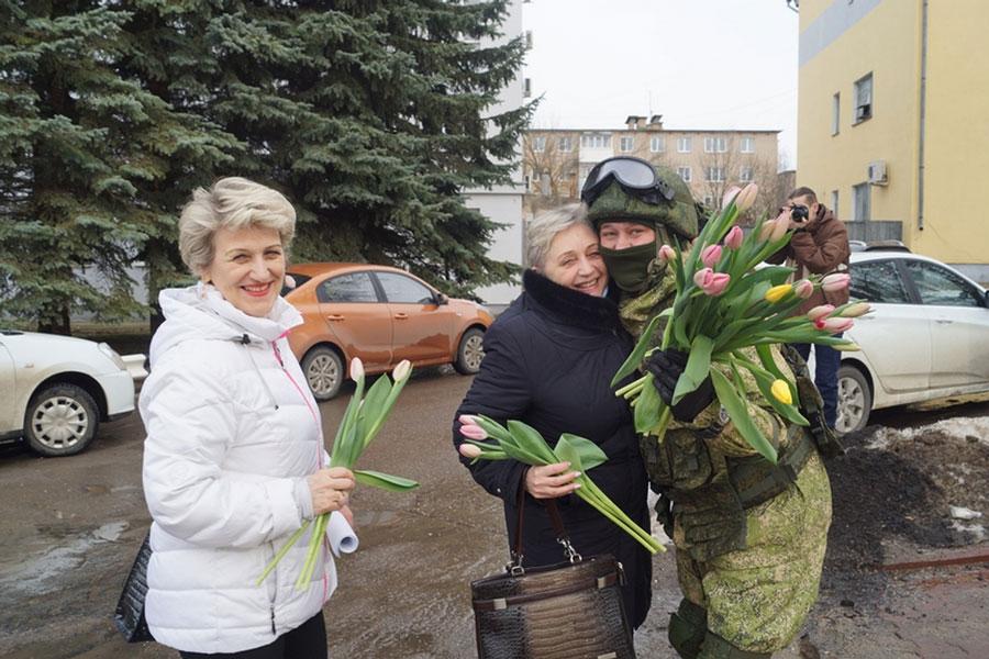 国際女性デーに戦闘服姿のロシア軍人が街頭で花のプレゼント