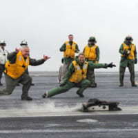 お別れにブーツを空母のカタパルトで射出!アメリカ海軍伝統の…