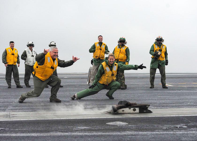 お別れにブーツを空母のカタパルトで射出!アメリカ海軍伝統の「ブーツシュート」